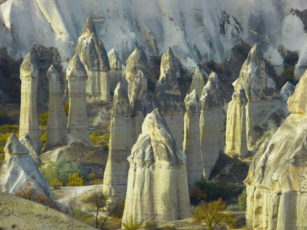 Märchenhafte Feenhäuser in Felsen - es ist eine komplette Siedlung Kappadokien Rundreisen