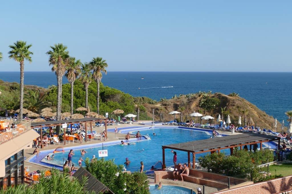 Typisches Hotelkomplex an einer Klippe der Algarveküste - es gibt immer treppen zum Strand