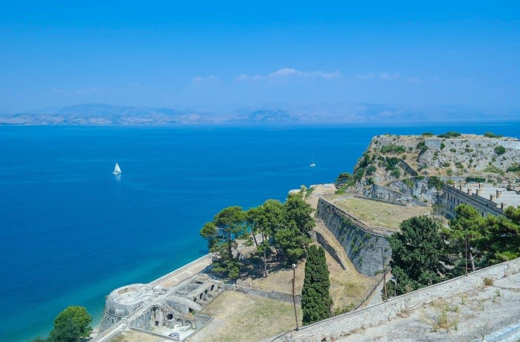 Direkt am Hafen Kavos befindet sich die Unterkunft für eure Last Minute Pauschalreise nach Griechenland