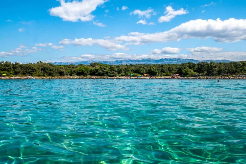 Glasklares Wasser an der Adria auf der Insel Pag