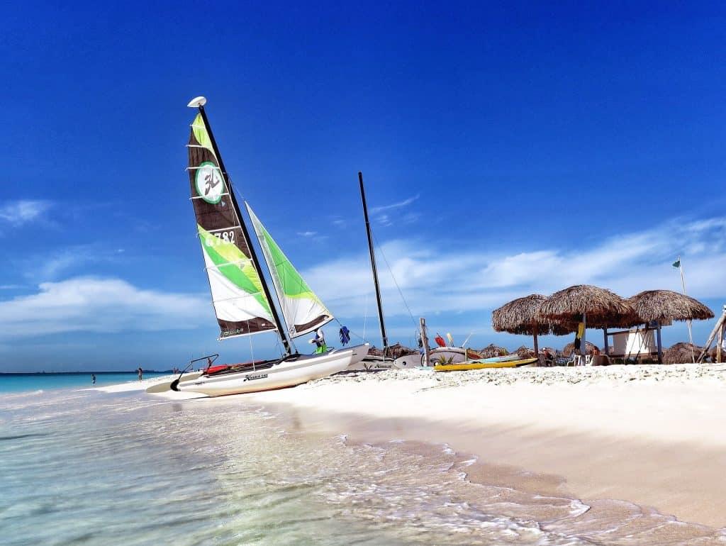 Sport wird auf der Insel ganz groß geschrieben neben den Hotelangeboten in der Anlage für jede Sportart kann man auch zahlreiche Wassersport aktivitäten genießen