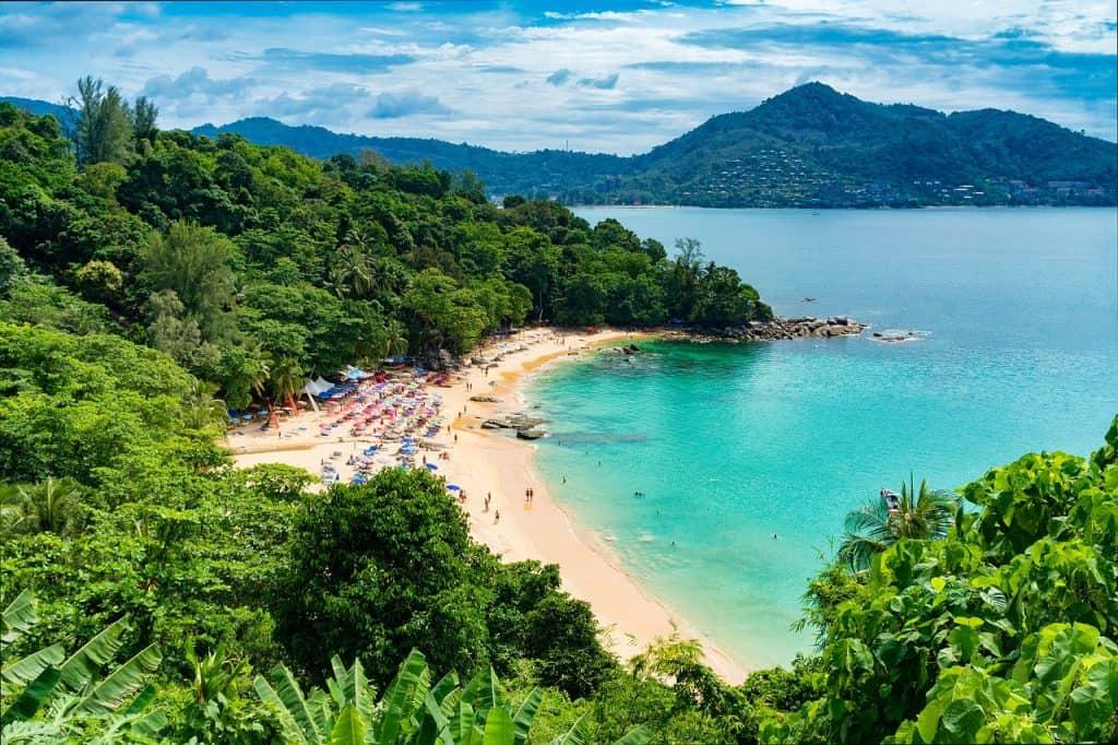 Zahlreiche Buchten erwarten euch auf der Insel in Thailand
