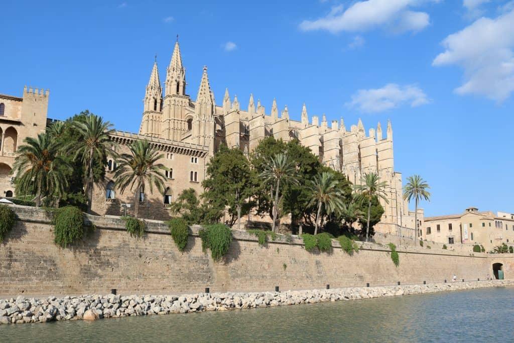 Die Kathedrale von Mallorca ist das Symbol der Insel - schon weitentfernt vom Stadtrand sieht man im Gebirge das Prachtstück