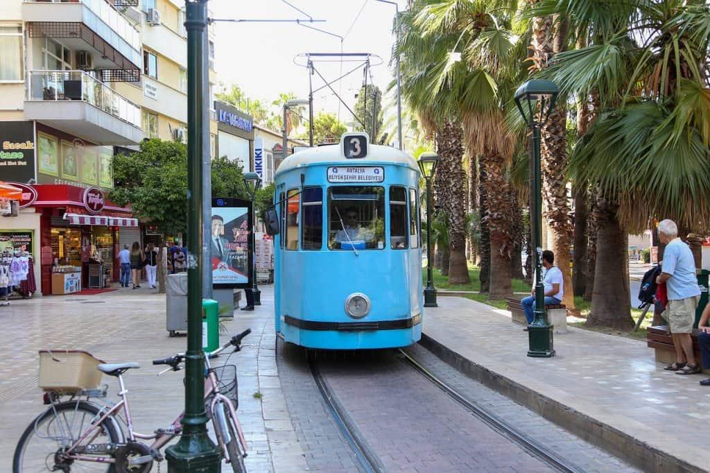 Mit der Straßenbahn kommt Ihr günstig durch den gesamten Stadtkern