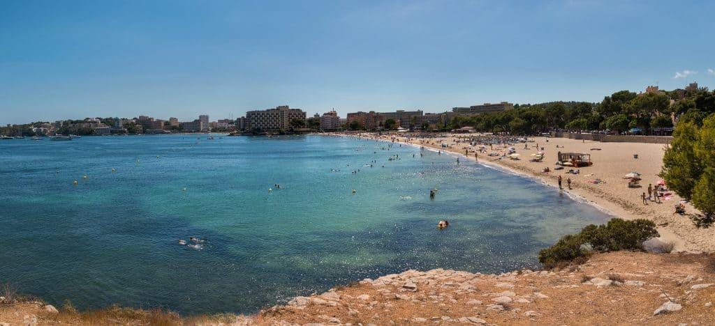 Playa Nova an dem ruhigen Strandabschnitt kommt man mit dem Bus in wenigen Minuten aus dem Zentrum