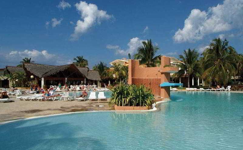 Poolanlage vom Hotel - für den der es am karibischen Meer braucht