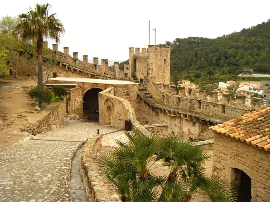 Was ganz besonders bei dem Städtetrip ist - immer wider ragen Gebäude aus dem Mittelalter zwischen der modernen Stadt