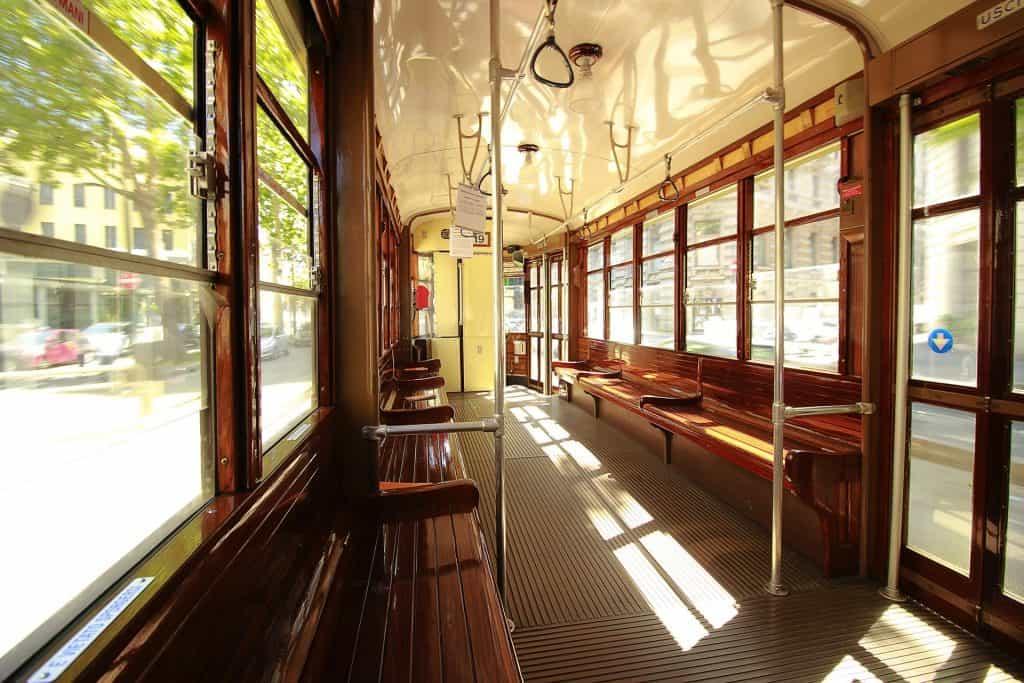 Am besten fahrt Ihr mit dem Bus oder der Metro vom Flughafen in die Stadt
