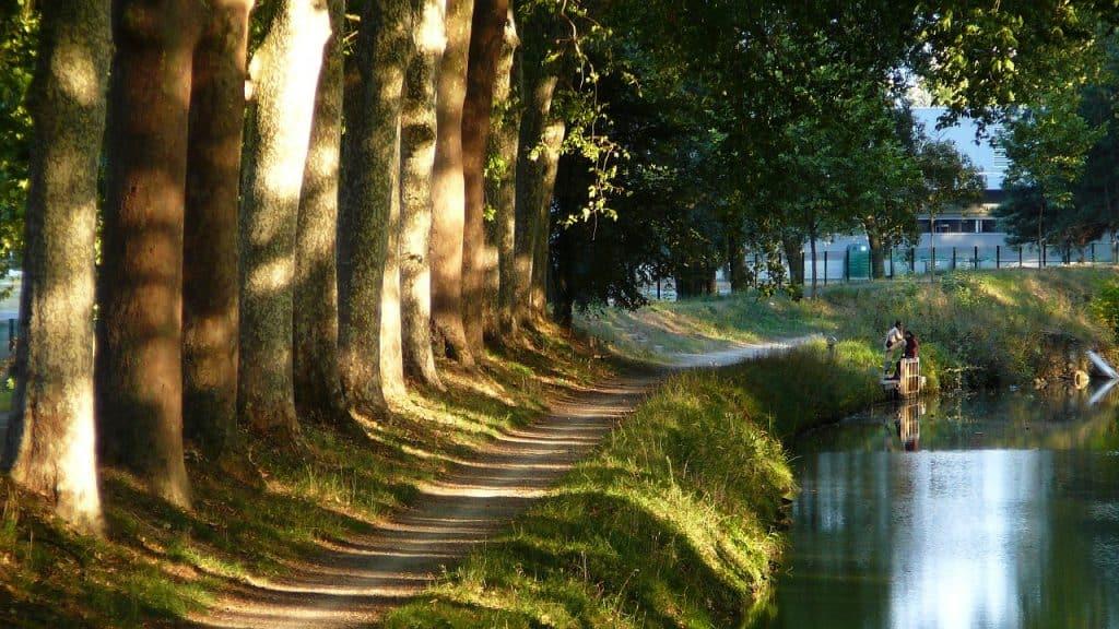 Der Kanal lädt ein zu Spaziergängen