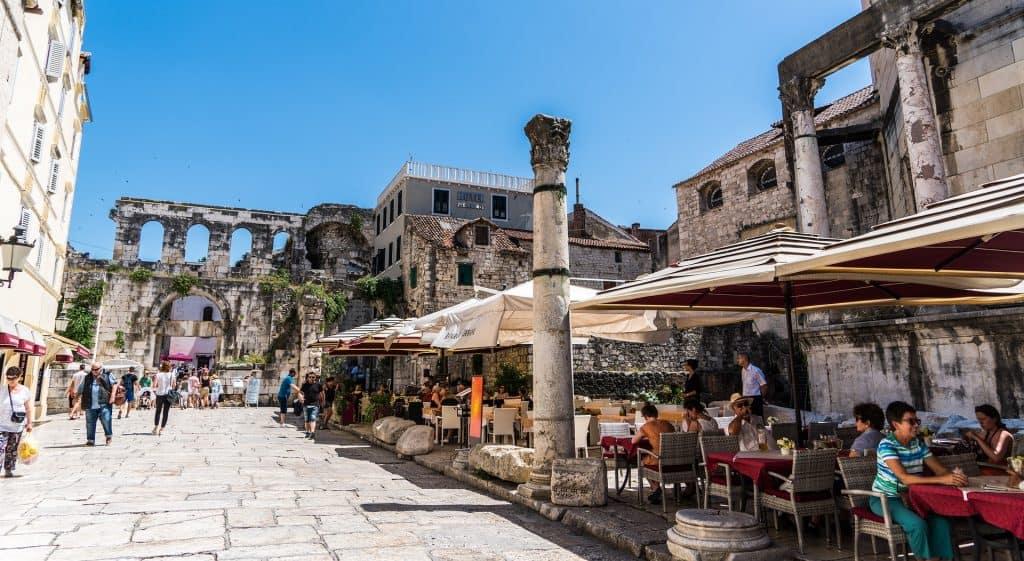 Eine atemberaubende Kulisse und Kultur bietet die größte Stadt Dalmatiens
