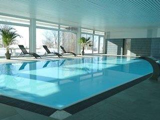 Es gibt eine Wellnessanlage im Haus - hier der Pool