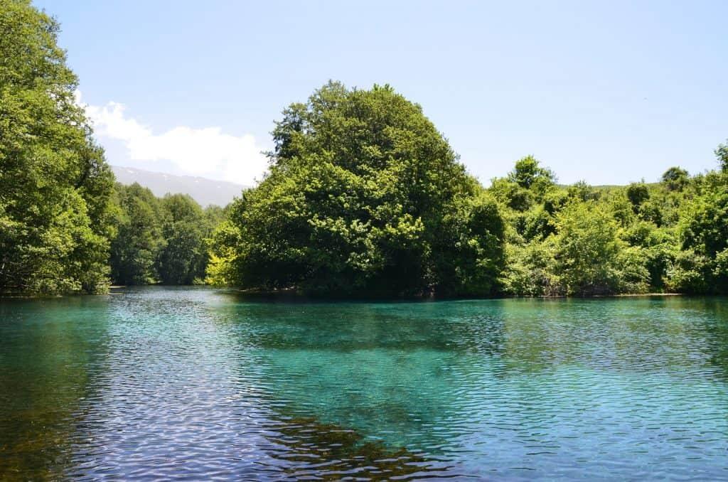 Glasklares Wasser findet man im Ohrid See - Maezdoniens schönste Stadt