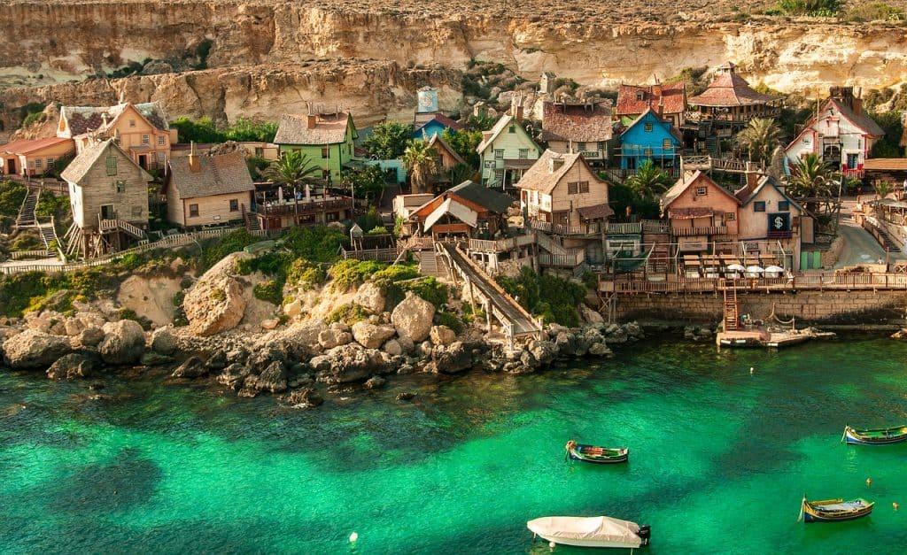 Kleine Dörfer um der Insel werden nicht mit dem Auto angefahren, sondern mit Booten