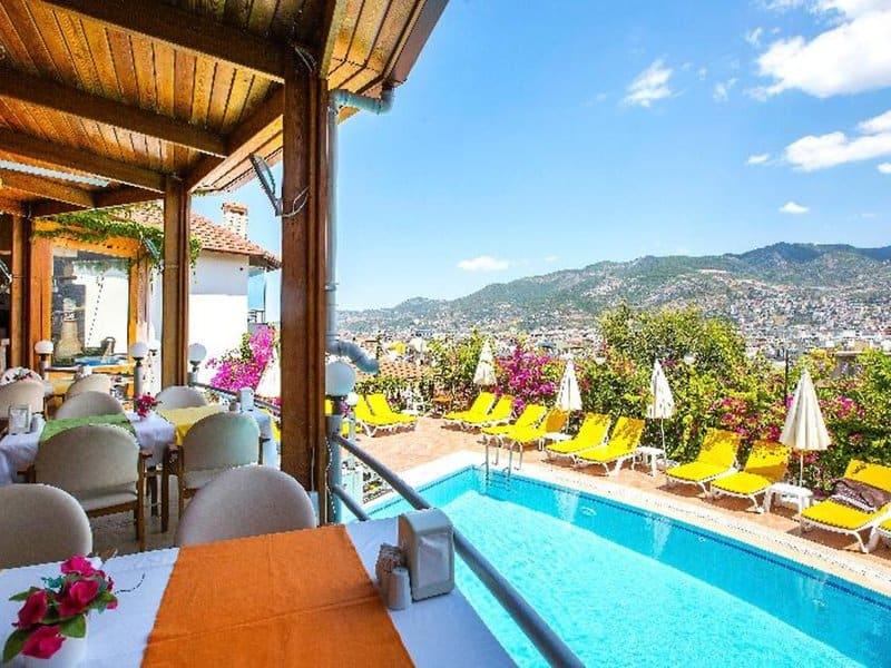 Man genießt an der Hotelanlage einen atemberaubenden Blick auf das Mittelmeer & Gebirge