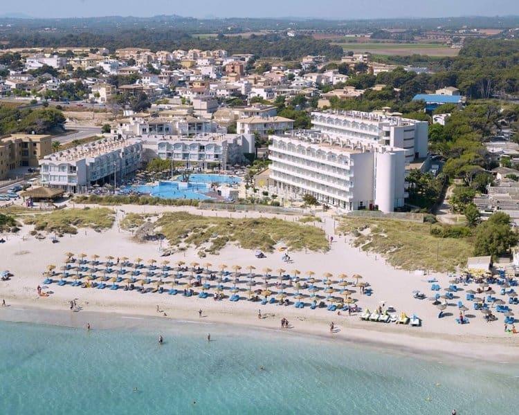 Playa de Can Picafort - die Sicht auf das Hotel vom Meer aus