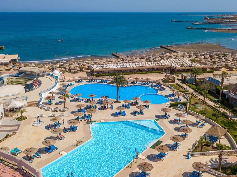 Poolanlage und der hoteleigene Strand
