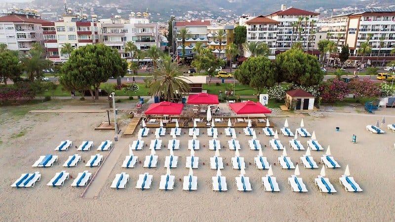 Privater Strandabschnitt mit liegen vom Hotel