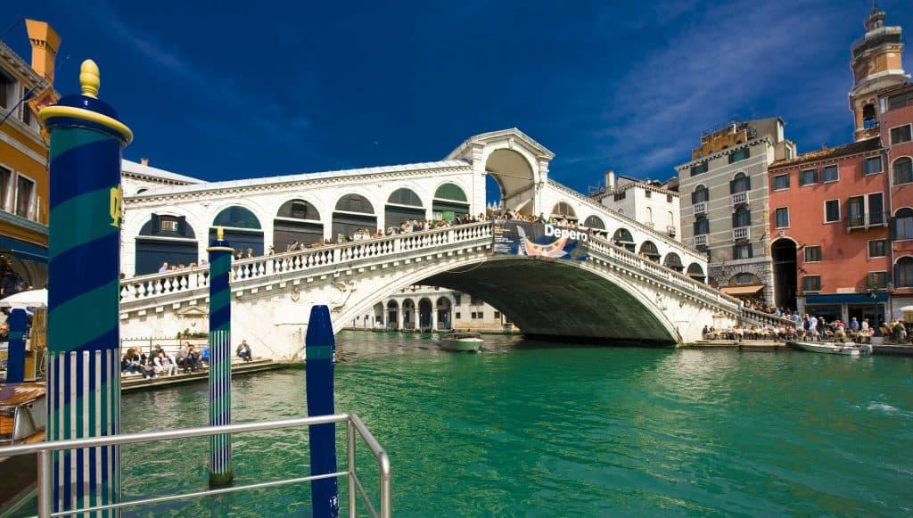 Rialtobrücke es ist einer der wichtigsten Hotspots der Stadt