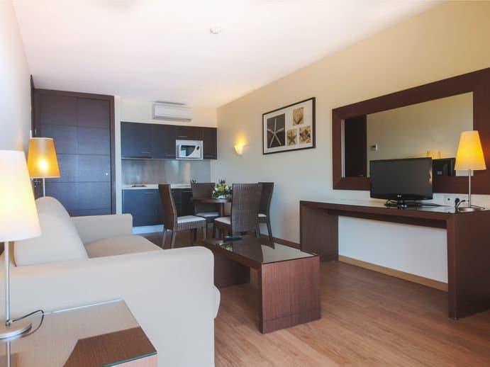 Selbst eine kleine Küche und Wohnecke habt Ihr auf euren Zimmern - die nächste Stadt Funchal ist 10 Kilometer entfernt
