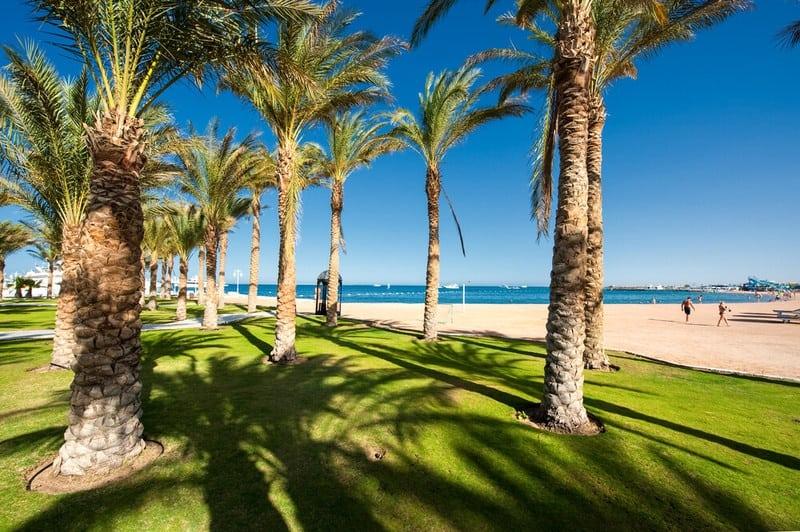 Von der Hotelanlage vom Grand Hotel geht es zum Strand
