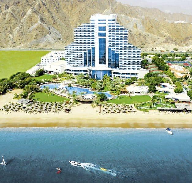 Das Luxushotel vom Meer aus betrachtet