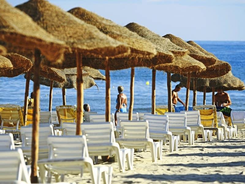 Direkte Strandlage - der private Strandabschnitt bietet zahlreiche liegen und Sonnenschirme kostenlos