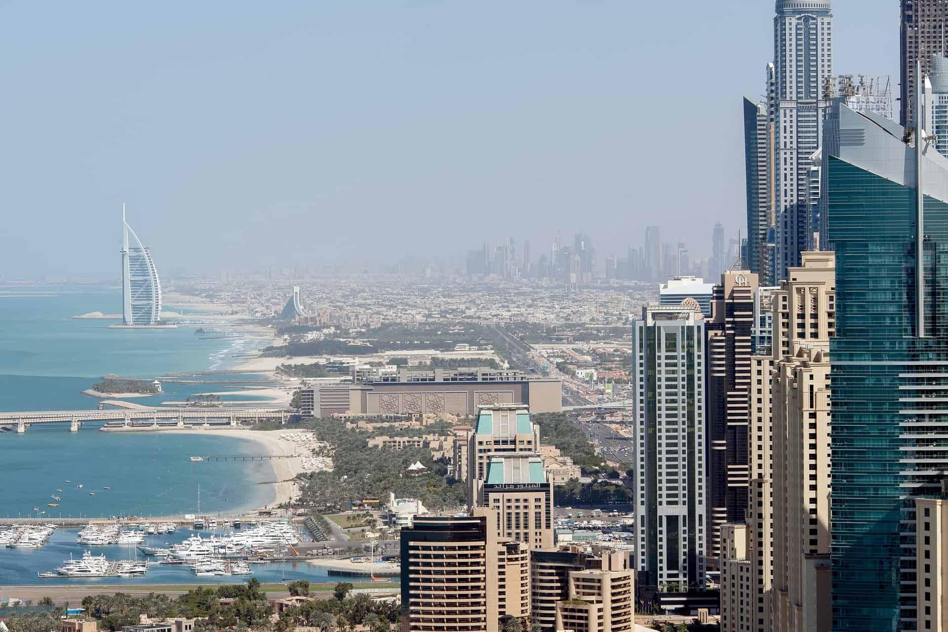 Dubai-Stadt ein atemberaubender Traum von Stadt & Strandurlaub