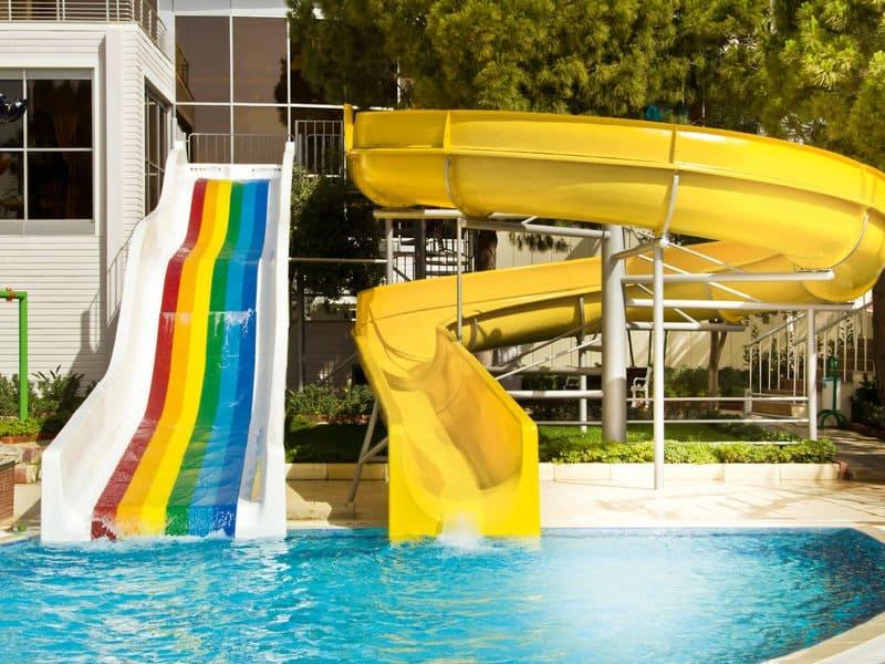 Ein Erwachsenen Hotel mit Wasserrutschen