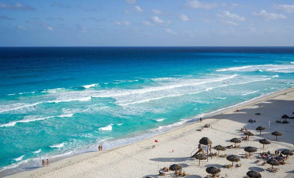 Ein weißer Sandstrand der extrem weitläufig ist - Mexiko Badeurlaub