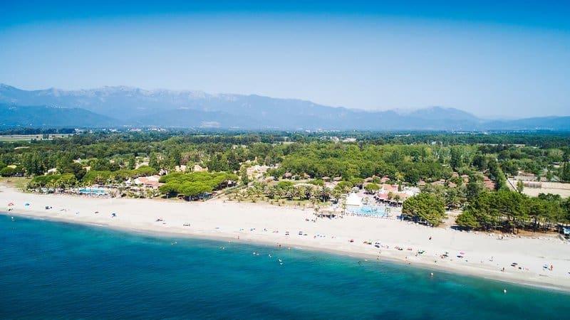 Ein weitläufiger Strand erwartet euch an der Ferienanlage mit feinem weißen Sand - und glasklares Wasser