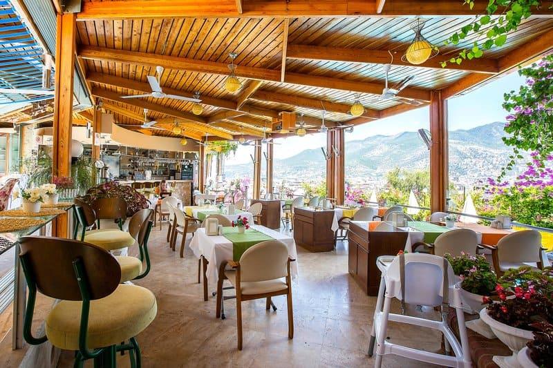 Eine wunderschöne Aussicht bietet das Hotel auf die Stadt und das Gebirge