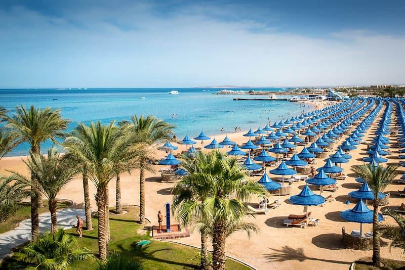 Feiner Sandstrand erwartet euch inklusive Bedienungen direkt am Strand