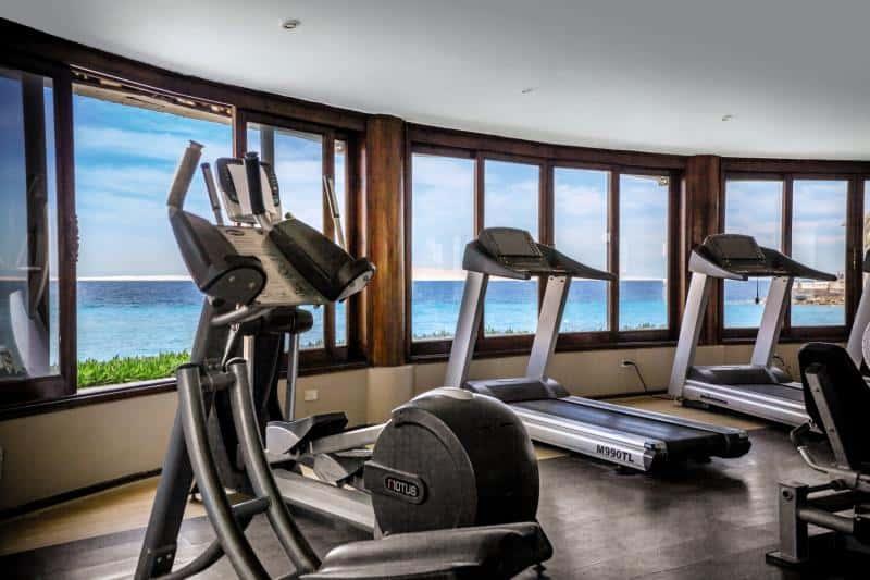 Fitnesstudio mit Meerblick wie es sich im Urlaub gehört