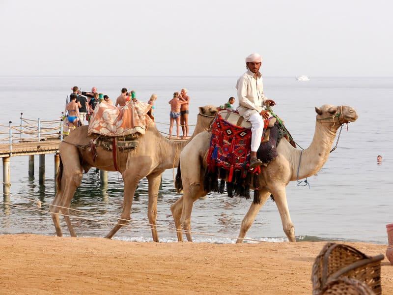 Kontrast Touriste und Einheimische am Strand