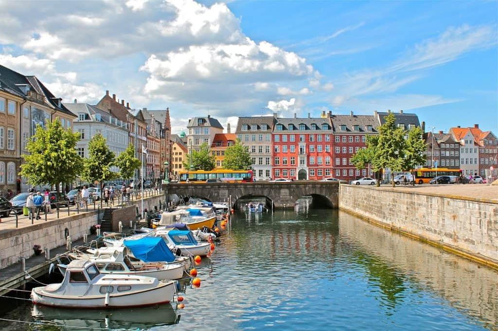 Kopenhagen man kann auf den Kanälen die Stadt erkunden