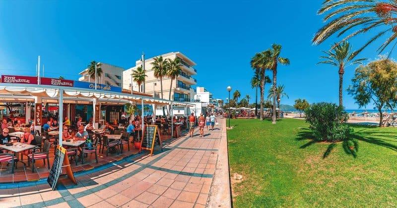 Nur die Wiese trennt euch vom schönen Strand in Cala Millor