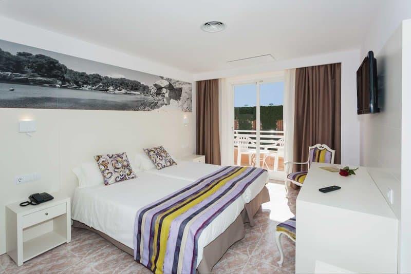 Schlafzimmer im drei Sterne Hotel von Schauinsland Reisen