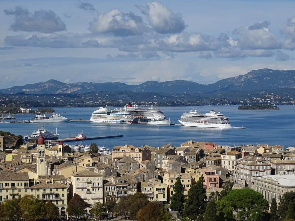Stadt-Korfu mit Blick auf den Hafen
