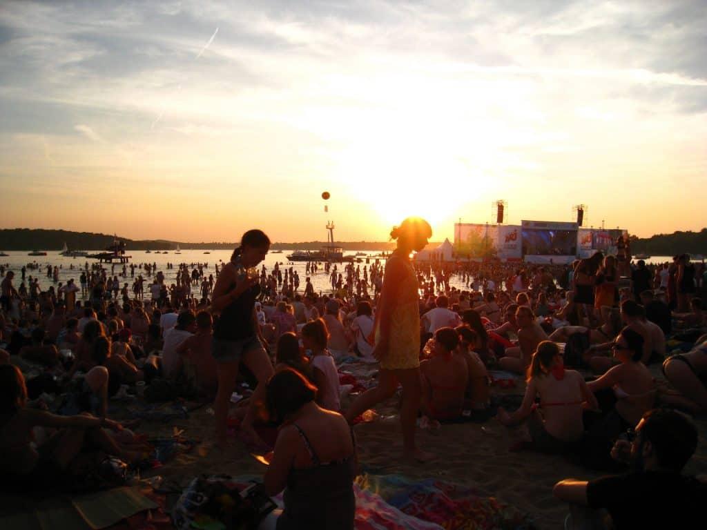 Strandbad Wannsee - hier wird sogut wie jeder Sonnenuntergang gefeiert - Urlaub in Deutschland mal anders