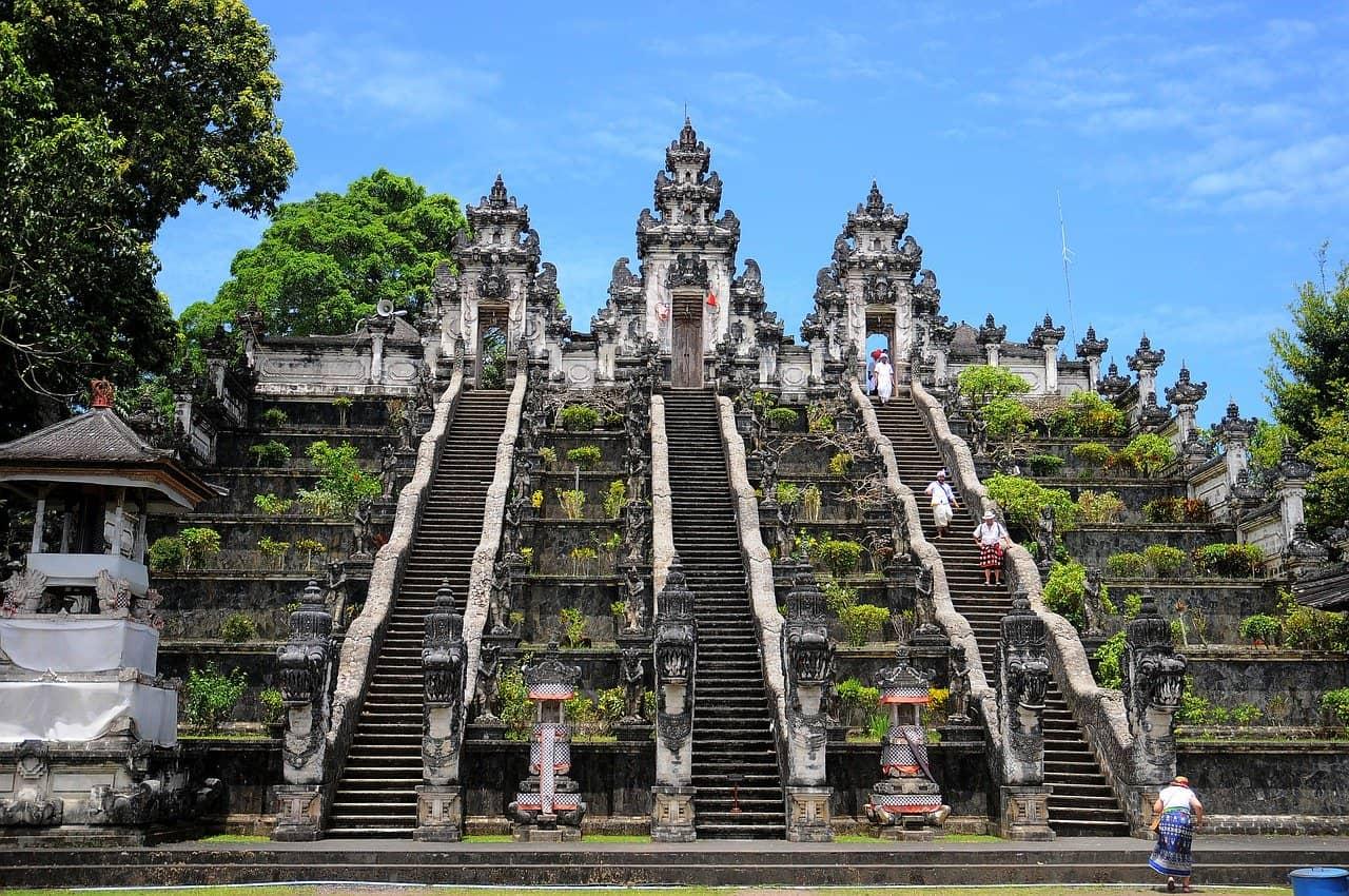 Wer länger auf Bali bleiben möchte sollte sich einfach einen Flug buchen zu den Daten wo die Pauschalreisen am günstigsten sind