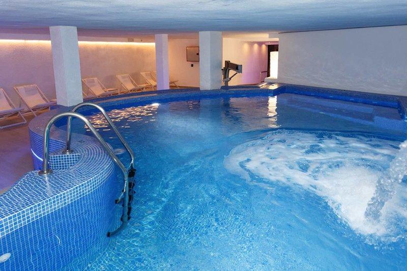 Auch Abends kann man gemütlich im Indoor Pool baden