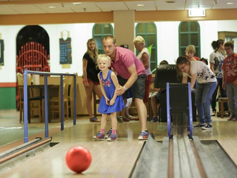 Bowling spielen mit der gesamten Familie
