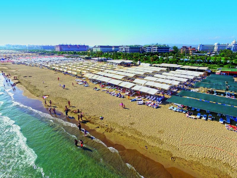 Das Hotel bietet liegen am Strand