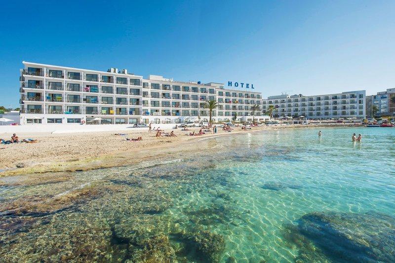 Die Hotelanlage von vorne mit direkter Strandlage