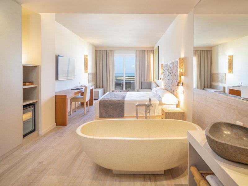 Doppelzimmer mit freistehender Badewanne