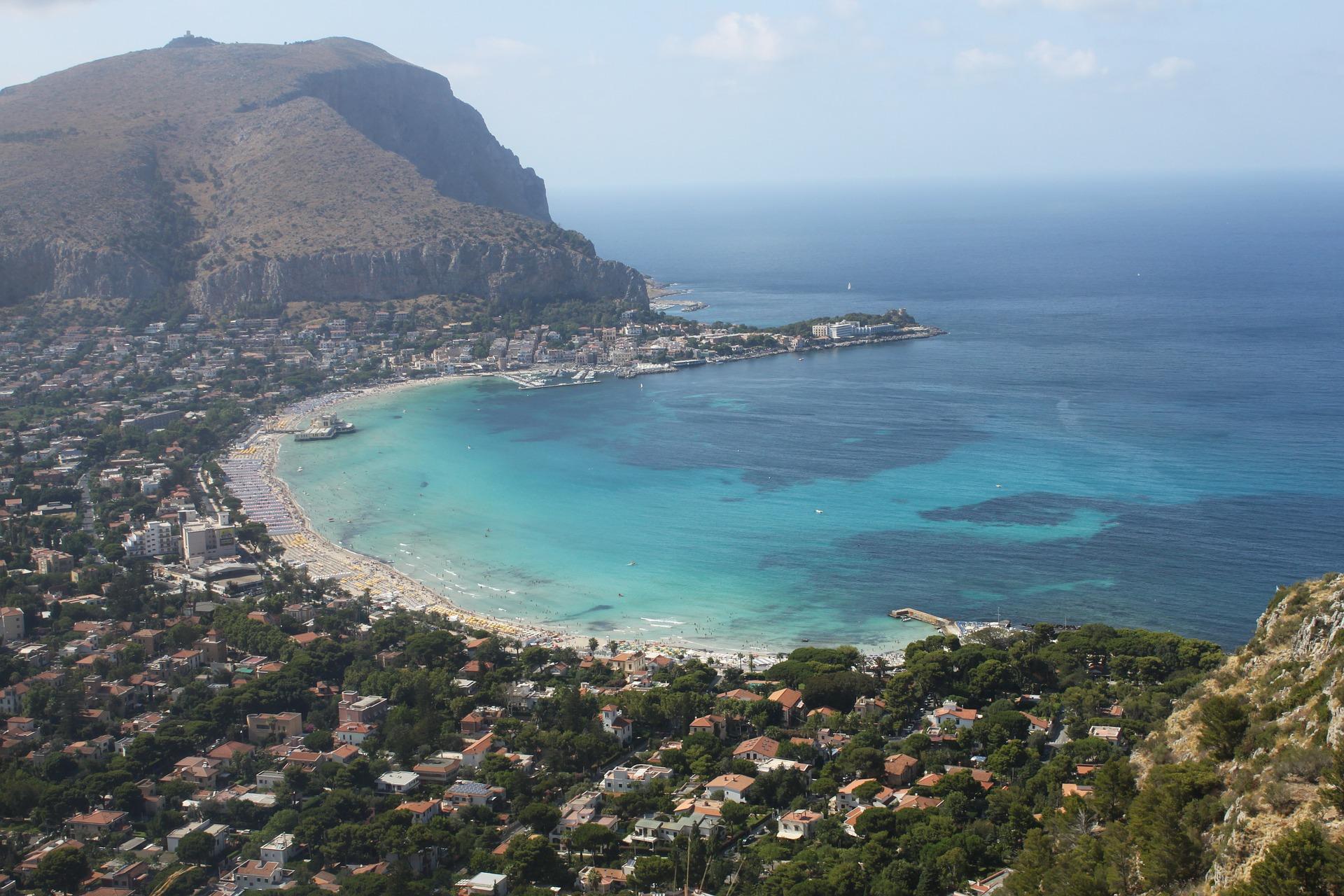 Weiße Sandstrände erwarten euch bei einem Sizilien Urlaub mit glasklarem Wasser
