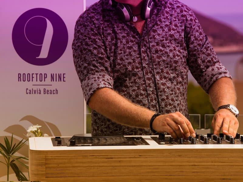 Zum Sonnenuntergang hat man immer einen DJ