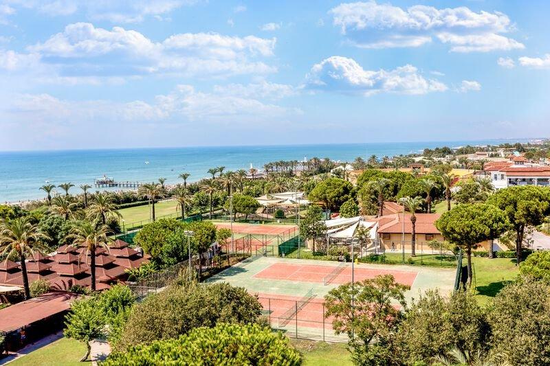 direkte Strandlage bietet das Luxus Hotel mit einer großen Sportanlage
