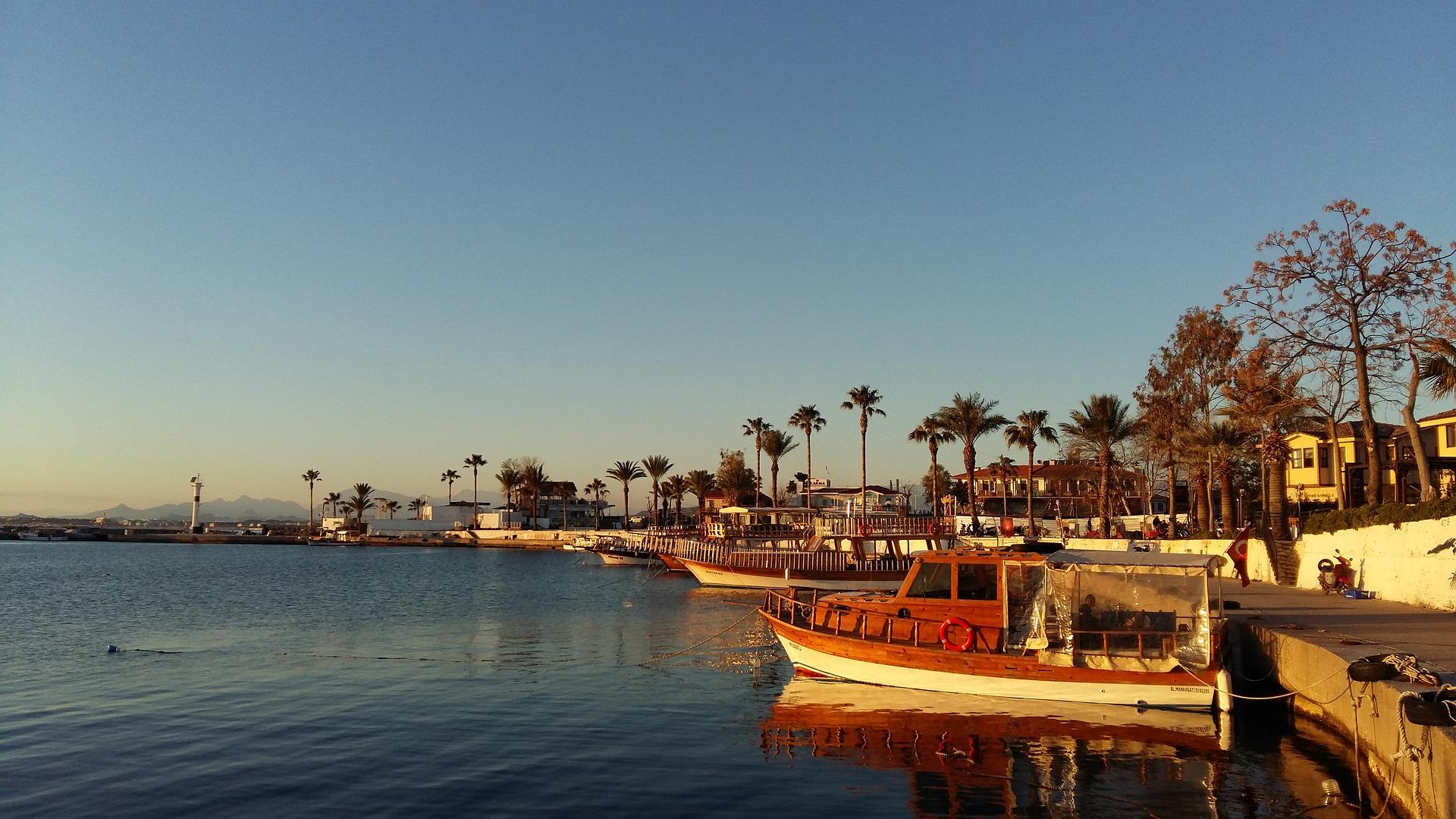 gemütlich die 1,5 Kilometer lange Strandpromenade genießen bis zum Hafen