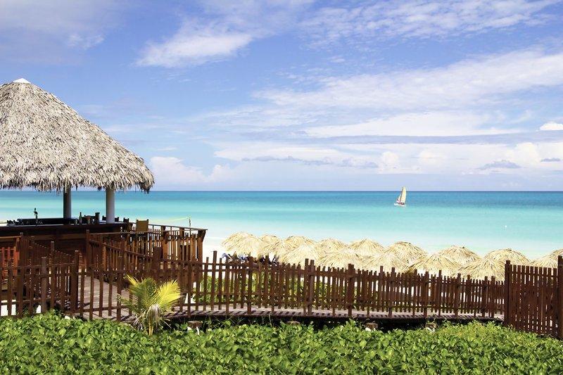 Von der Hotelbar direkt an die Liegen am Strand